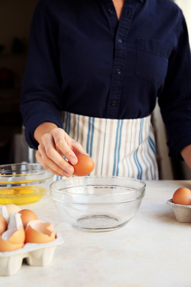 How To Crack and Separate An Egg